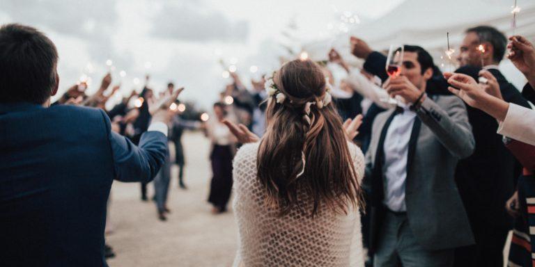 Jak navrhnout okouzlující svatební hostinu