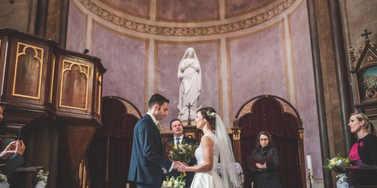 Stále váháte o barvě vašich svatebních šatů? Váháte s bílou a nevíte zda je vhodná?
