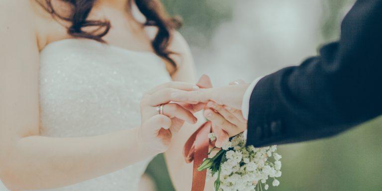 Jak na správnou velikost šatů a který materiál je pro vaše svatební šaty nejlepší? Velký materiálový manuál je tady!