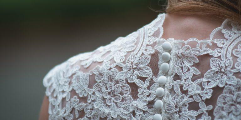 Květina do klopy ženicha má ladit s kyticí nevěsty, symbolizuje tak jednotu a harmonii páru