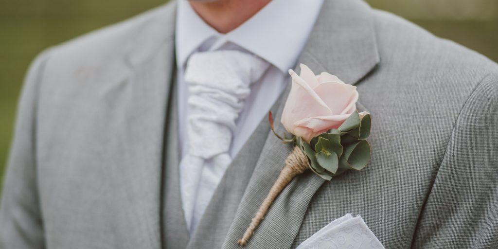 85d13ed4c62 Květina do klopy ženicha má ladit s kyticí nevěsty
