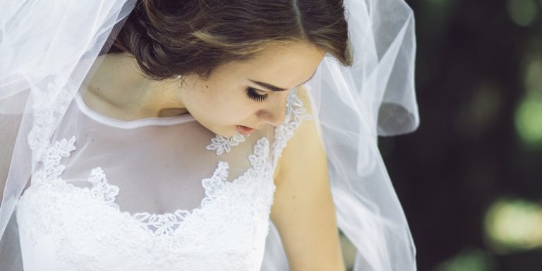 Svatební dekorace ve stylu minimalismu jsou stále více oblíbené. Inspirace, jak ozdobit stůl a dosáhnout té pravé atmosféry na vaší svatbě