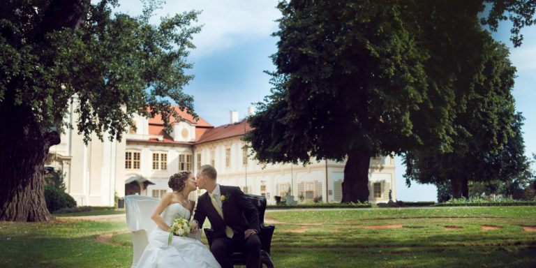 Nevíte si rady, jak sjednotit vaše svatební šaty, líčení a účes? Obraťte se na profíky ze studia Probuď labuť