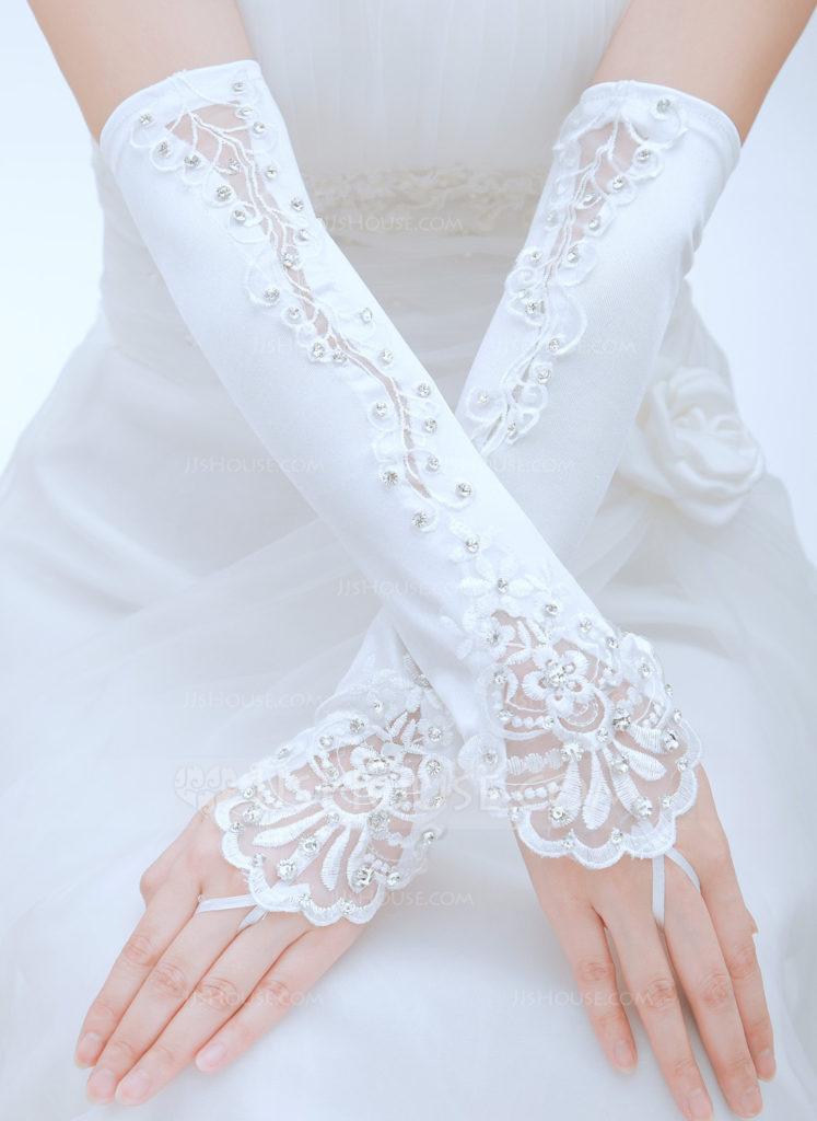 1d778157dcb Zvolte správnou velikost svatebních rukavic. Nejlepší způsob je vyzkoušet  si různé typy rukavic a hledat ty