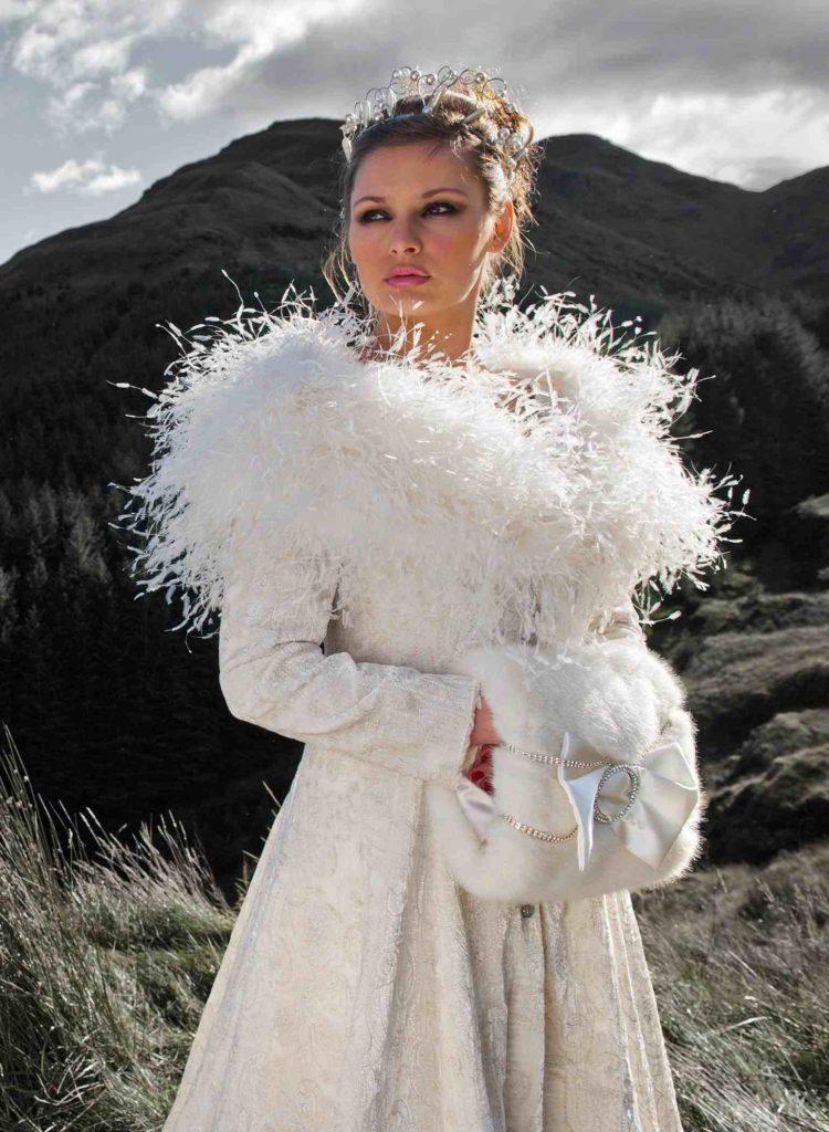 cbc51f9f59bf Svatební průvod v doprovodu jemně se snášejících sněhových vloček určitě  vylepší váš svatební den. Zima dává možnost být zcela originální a zvolit  doplňky