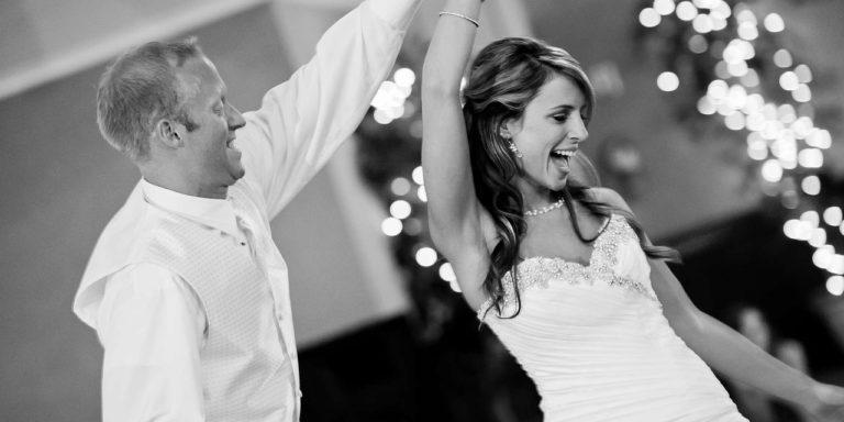 Toužíte-li po uceleném stylu svatebních tiskovin, oslovte Holku na svatbu. Vytvoří vám svatební identitu podle vašeho přání