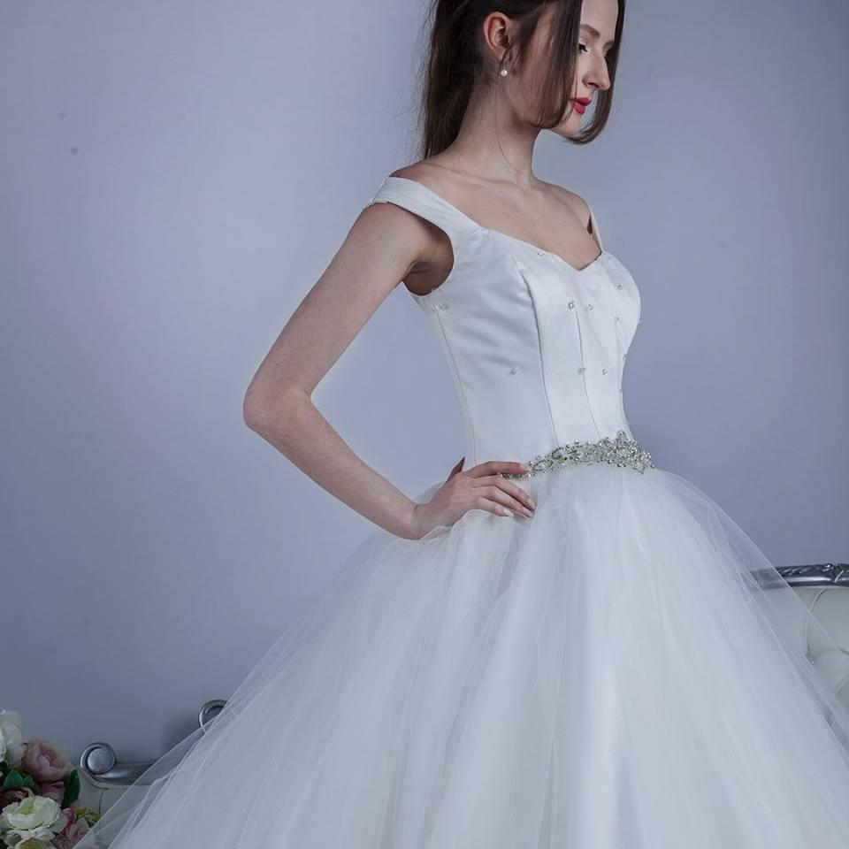Značka se specializuje na svatební a společenské šaty a doplňky. Je  nositelkou několika titulů Svatební šaty roku a každý rok připravuje  speciální kolekci. 56b4c2ee603