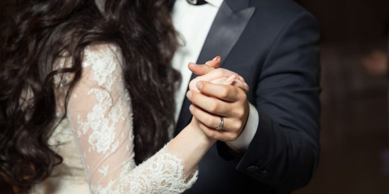 Chcete, abyste si svatební den užili nejen vy, ale i svědci, přátelé a rodina? Řekněte své ano bez starostí, se svatební agenturou SimplyYes!