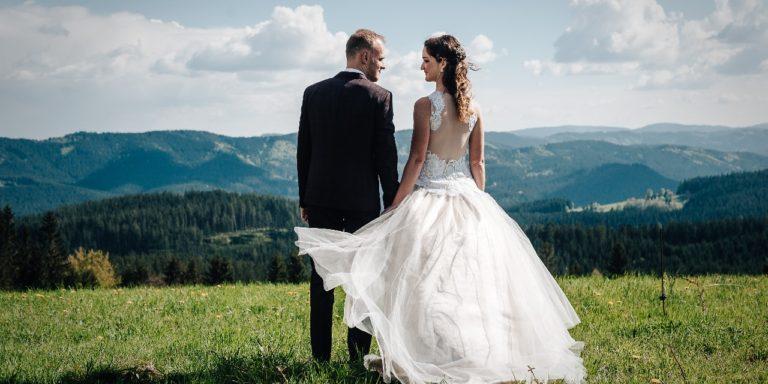 Jemnou barevnou náladu vnese na vaši svatbu bledě modrá. Podívejte se na okouzlující barevné variace
