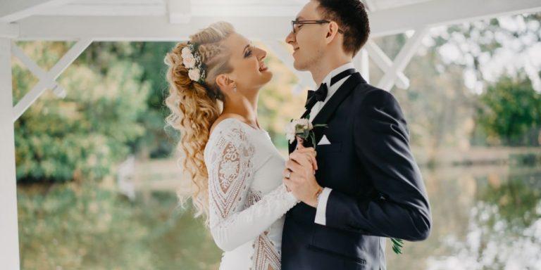Obří květiny rozzáří vaši svatební výzdobu. Romantické i elegantní kreace vytvoří Elena Fleurs