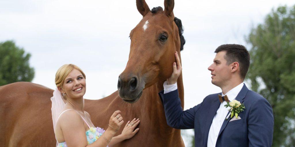 Nevěsta a ženich s koněm