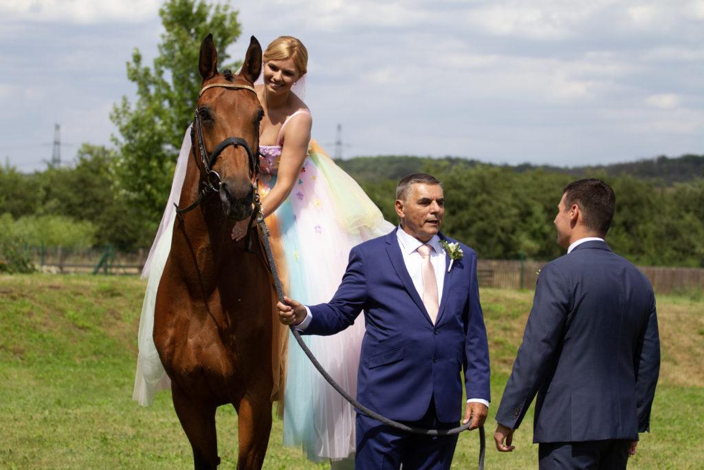Nevěsta sedící na koni