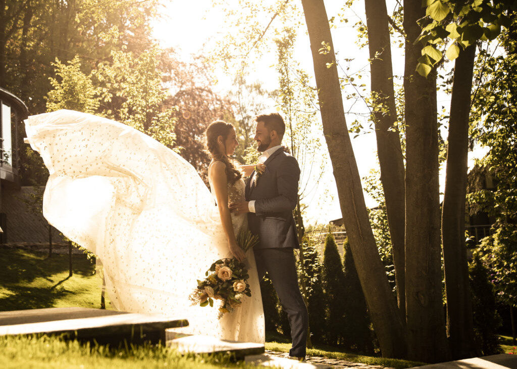 Nevěsta a ženich, vlající sukně, romantika