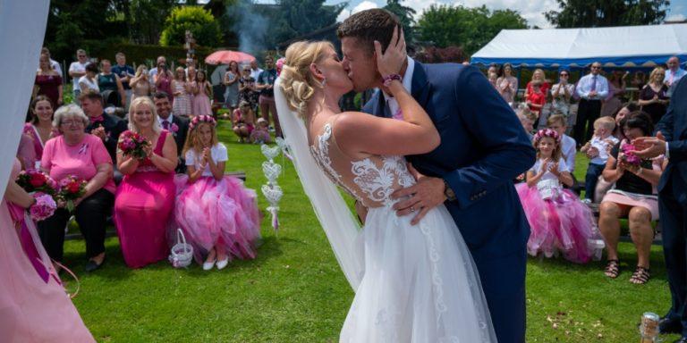 Svatební oznámení a pozvánky: Co na nich nesmí chybět a co je naopak navíc
