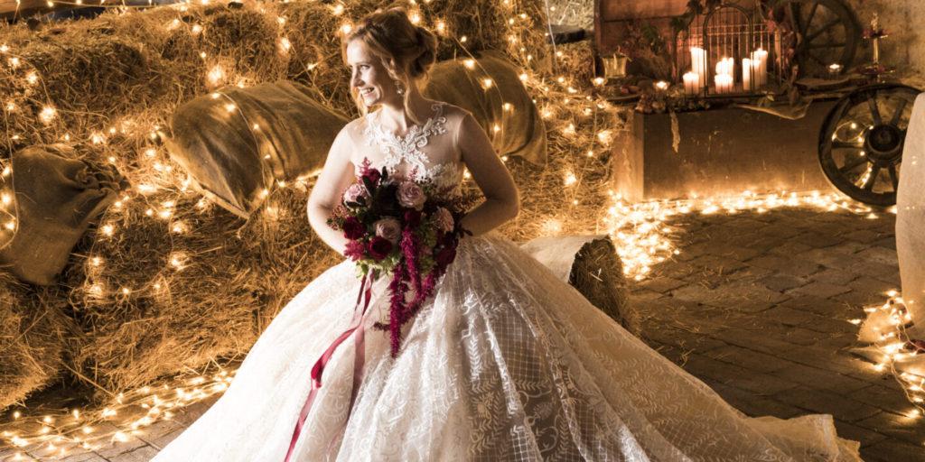 Nevěsta s romantickým osvětlením v pozadí