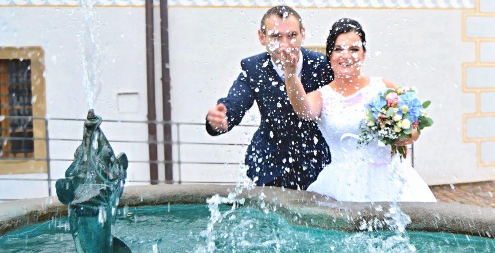 Nevěsta a ženich u fontány, svatba.