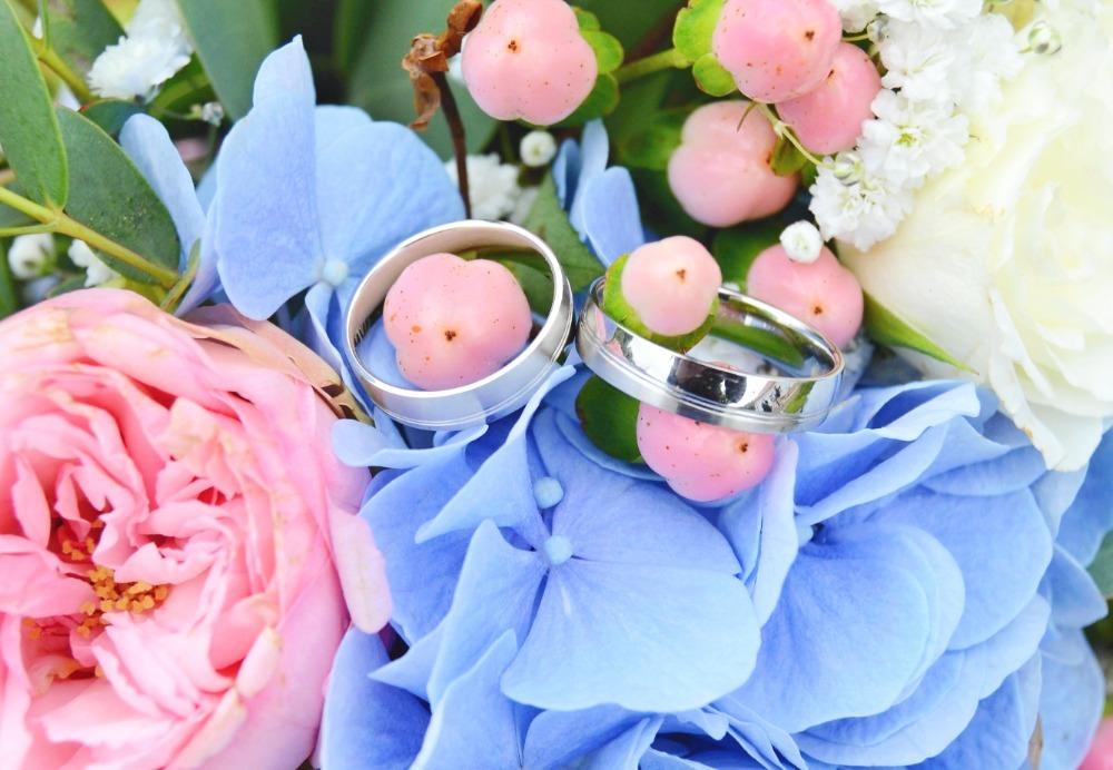 Snubní prsteny, svatební kytice.