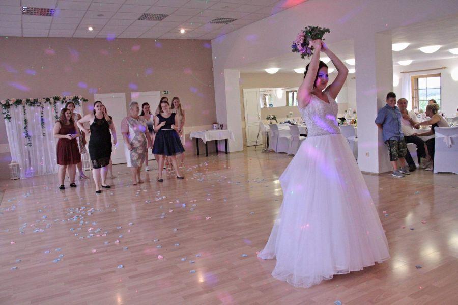 Svatba, házení kytice