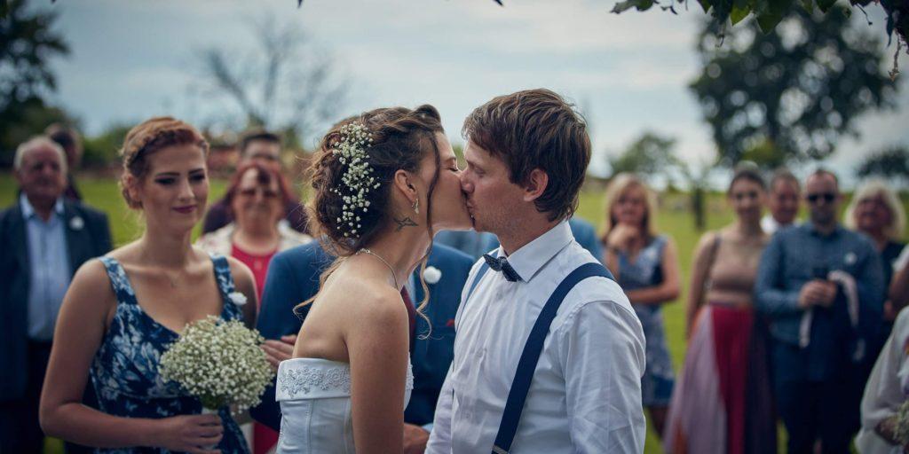 Svatební polibek, nevěsta a ženich