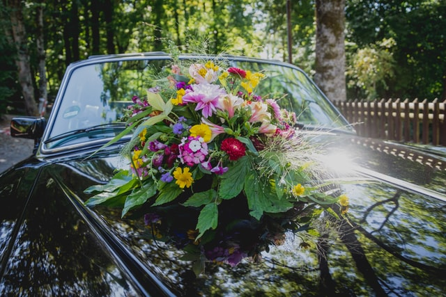 Nazdobené auto nevěsty.