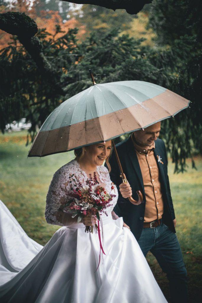 Nevěsta a ženich s deštníkem