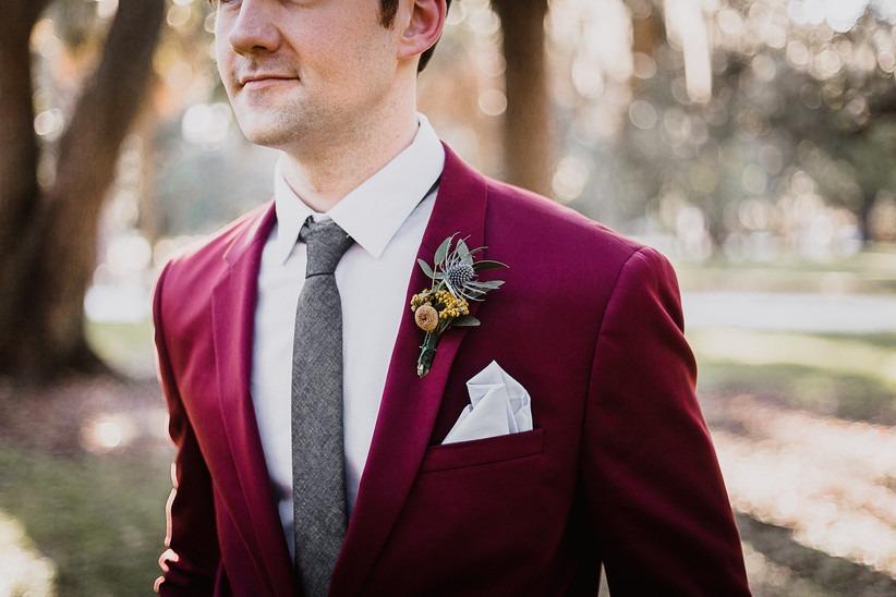 Barevné obleky na svatbu 2021