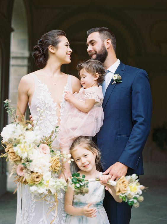 Svatební fotografie, novomanželé s dětmi