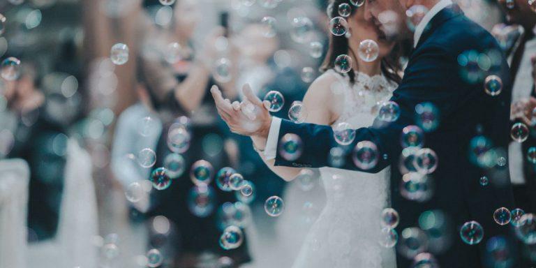 Svatební kolekce Monique Lhuillier na jaro 2021 je zosobněním ženskosti a romantiky