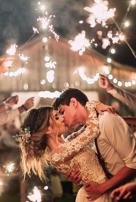 Svatební fotografie novomanželů, svatební fotky s prskavkami