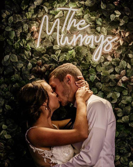 Svatební fotografie s neonovým nápisem