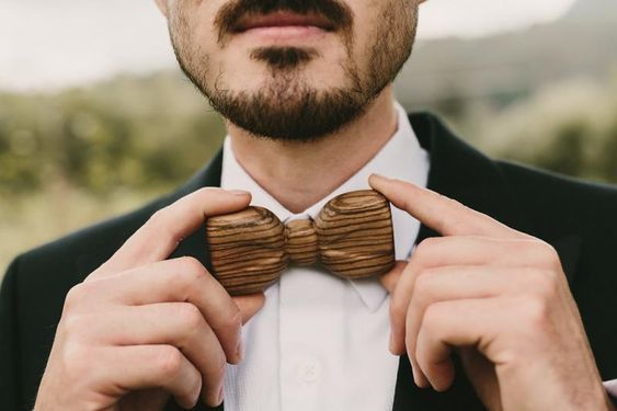 Dřevěný motýlek pro ženicha