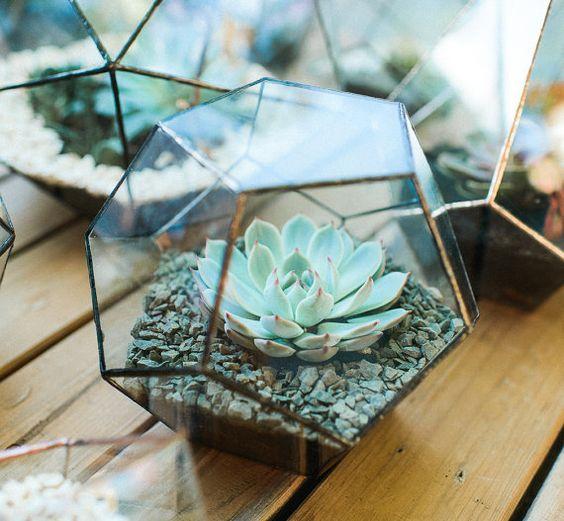 Geometrické dekorace na svatební stůl