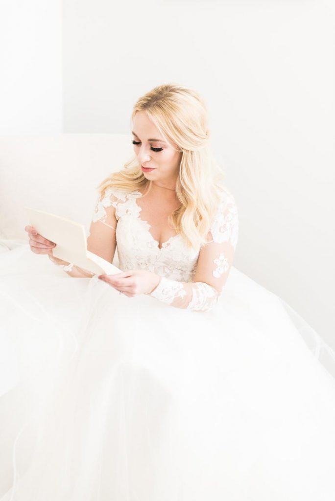 Nevěsta v bílých svatebních šatech, jak se cítit pohodlně na svatbě