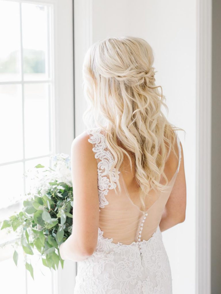 Nevěsta, svatební šaty s holými zády