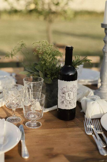 Dekorace na svatbu z lahví vína, vlastní víno na svatbě