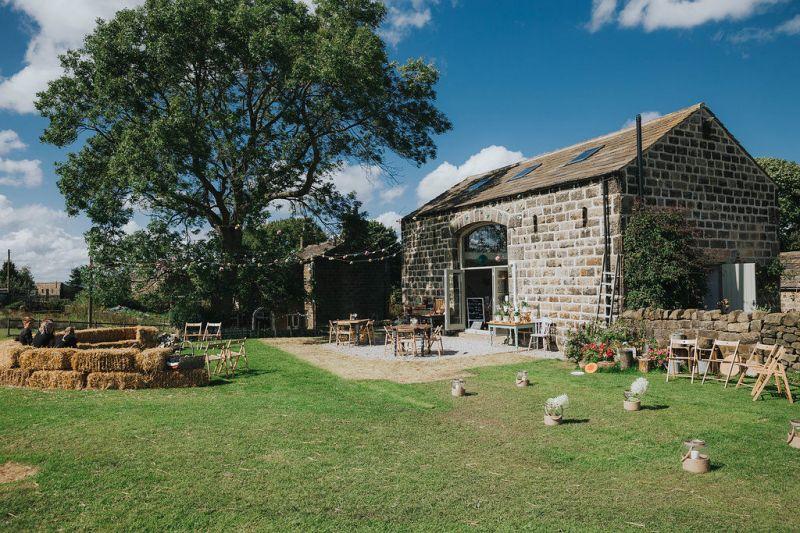 Venkovská svatba, cottagecore, svatba ve stodole