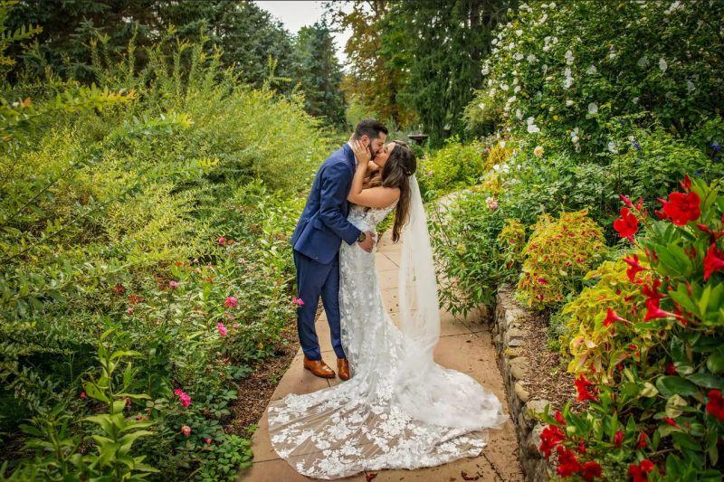 Svatba na zahradě, novomanželé, ženich a nevěsta, venkovská svatba, zahradní svatba, cottagecore
