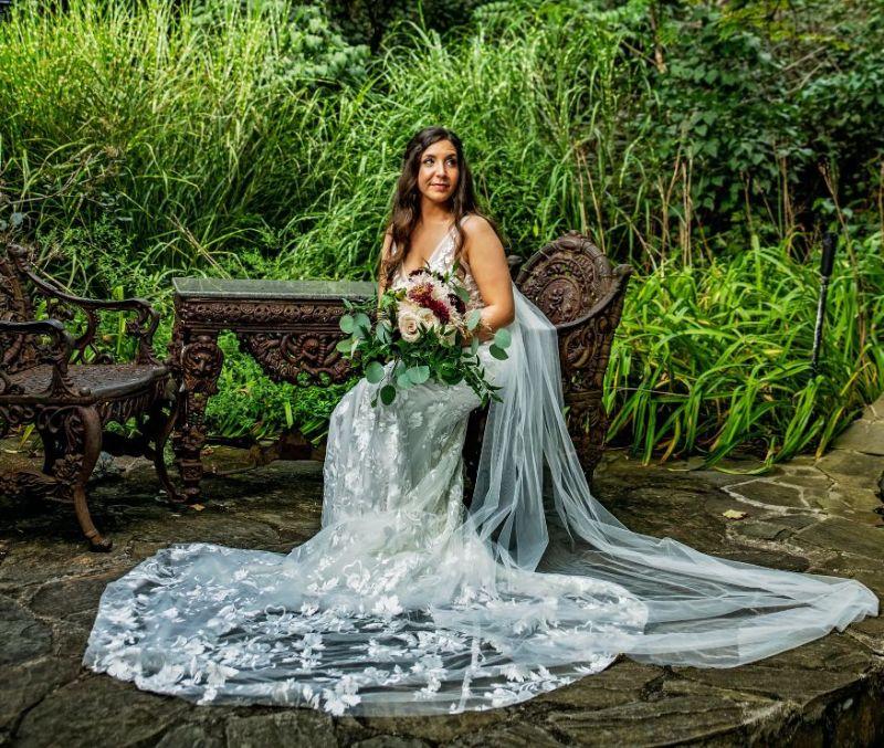 Cottagecore svatba, venkovská svatba. nevěsta na zahradě, nevěsta v zeleni
