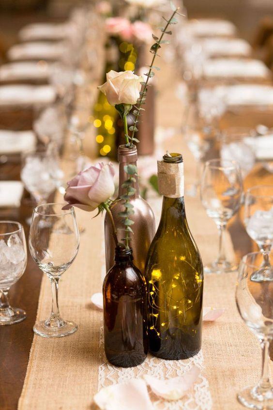 Lahve od vína a světýlka jako svatební dekorace