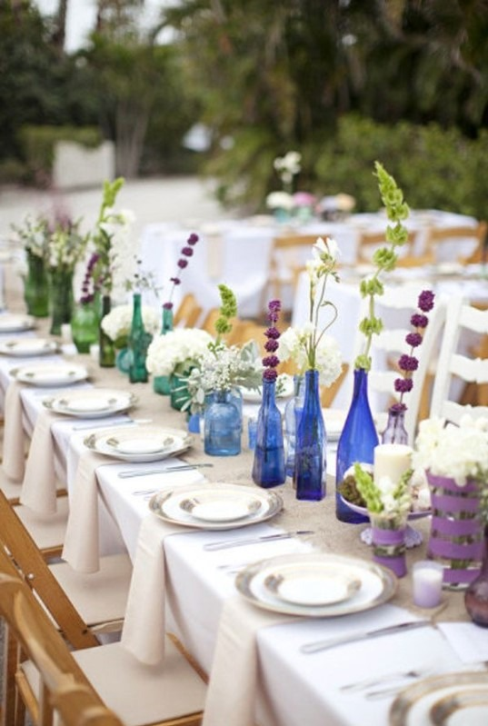 Lahve na víno jako dekorace na svatební stůl