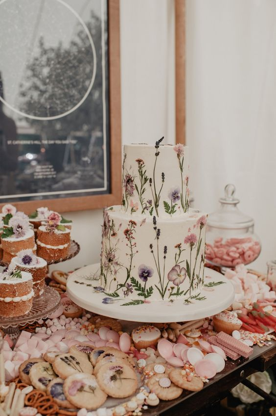 Romantický svatební dort, květinový svatební dort, romantický sladký bar
