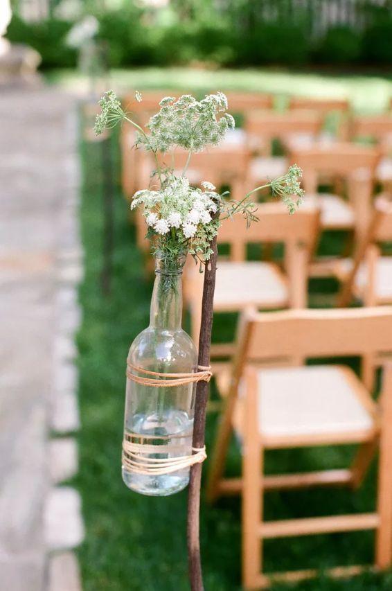 Lahve od vína jako svatební dekorace