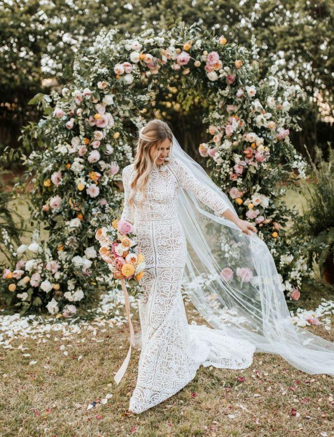 Malá svatba. květinová výzdoba místa svatebního obřadu, květinový svatební oblouk