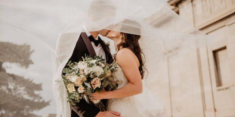 Květinové svatební šaty. Umí být neuvěřitelně romantické, ale také elegantní