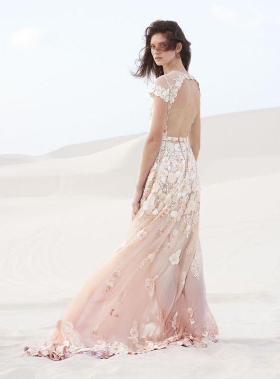 Barevné svatební šaty s květinami