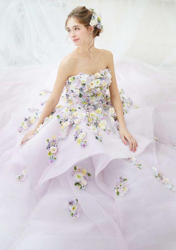 KVětované svatební šaty, svatební šaty s aplikacemi květin, barevné svatební šaty
