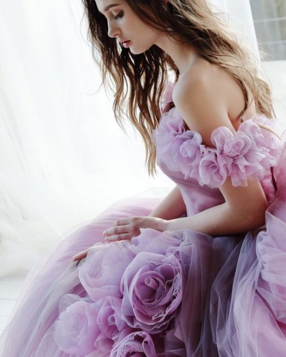 Barevné svatební šaty, šaty s květinami, fialové svatební šaty