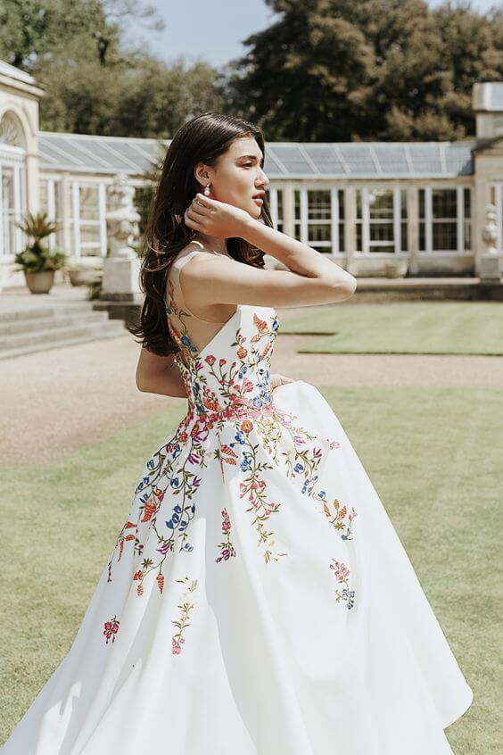Květované šaty pro nevěstu