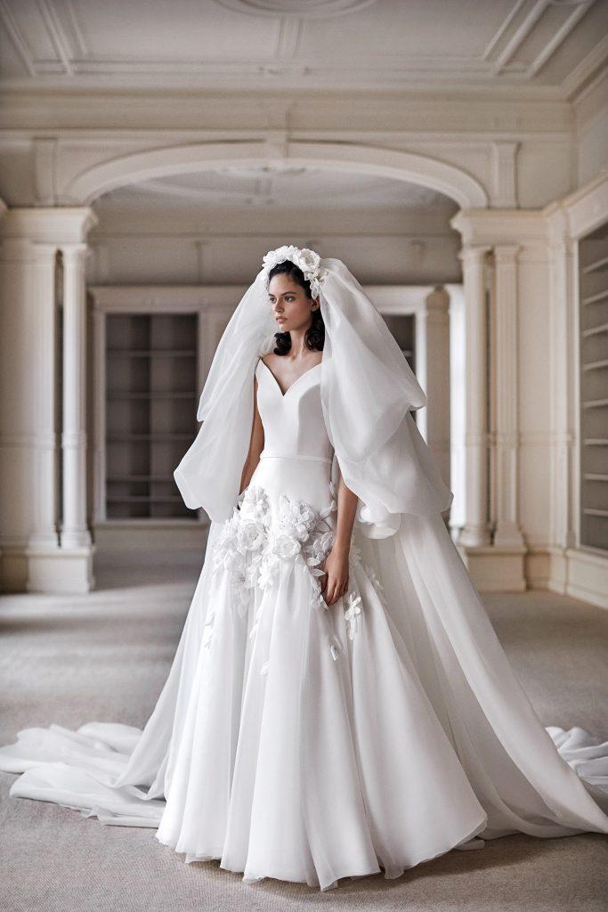 Minimalistické svatební šaty s květinami