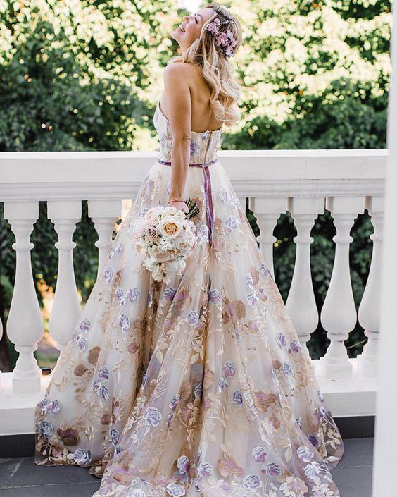 Svatební šaty s květinami